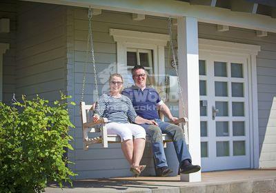 zufriedene Bauherren in ihrem Blockhaus Lancaster von LéonWood®