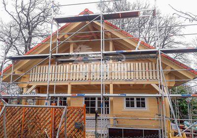 traditioneller Landhausstil: Blockhaus mit Balkon