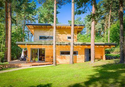 Blockhaus im Bauhausstil, Holzhaus Kalevala von LéonWood®, Schmuckgrundstück bei Berlin