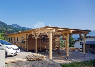 Blockbohlenhaus in Vorarlberg, LeonWood-Holzhaus mit Doppelcarport